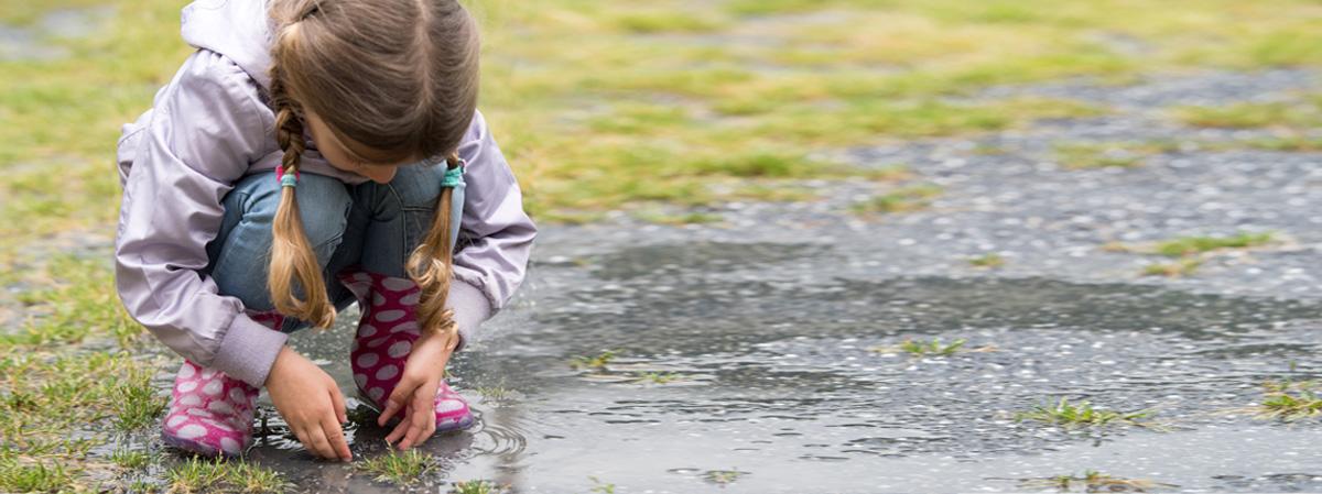 kind im regnerischen wetter